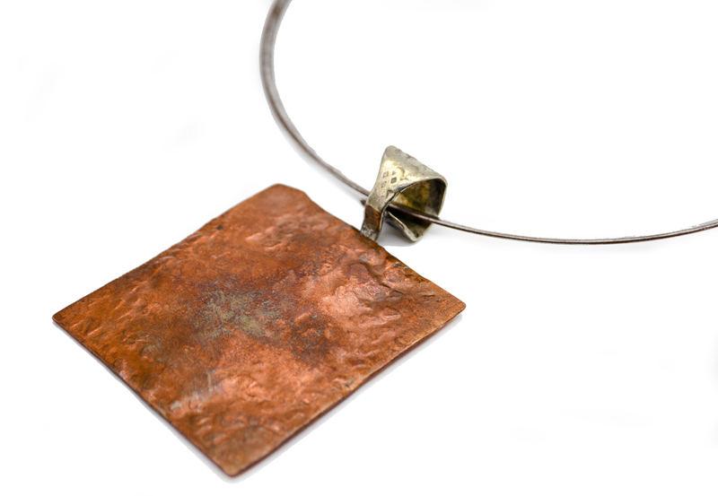 Gargantilla con medallón de cobre