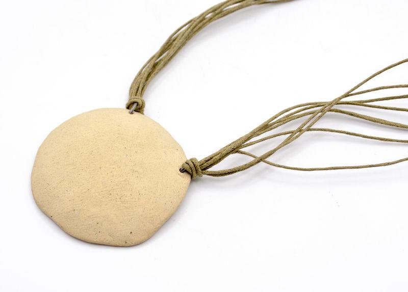 Collar medallón de cerámica y vidrio