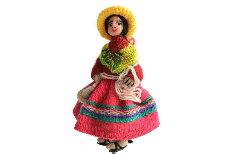 Mujer Aymara con huso y lana