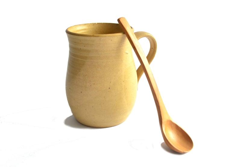 Tazón color marfil con cuchara de olivo