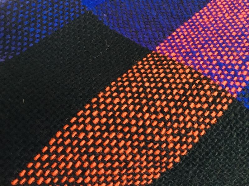 Chal o piecera cuadros violeta, negro y naranjo