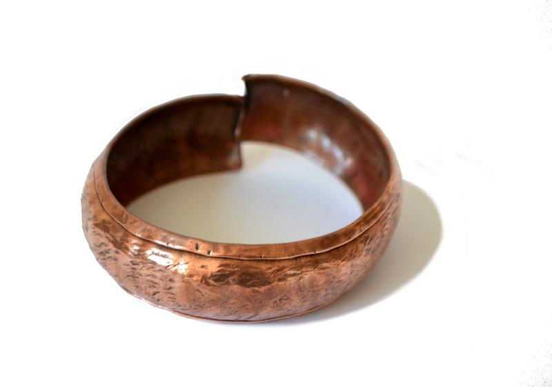 Brazalete cóncavo en cobre repujado y martillado