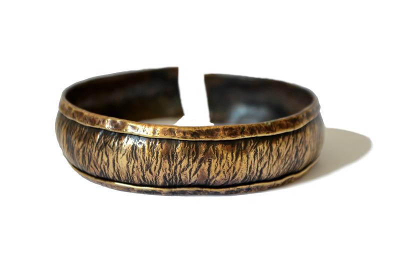 Brazalete cóncavo en bronce repujado y martillado