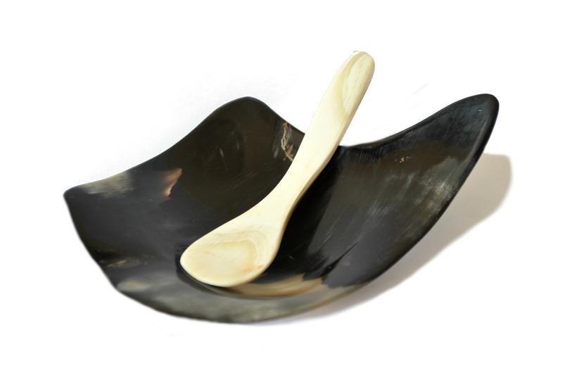 Pocillo y cucharita en cuerno de buey negro