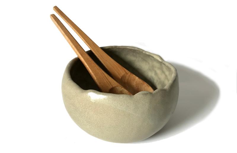 Fuente mediana en gres con cubiertos madera