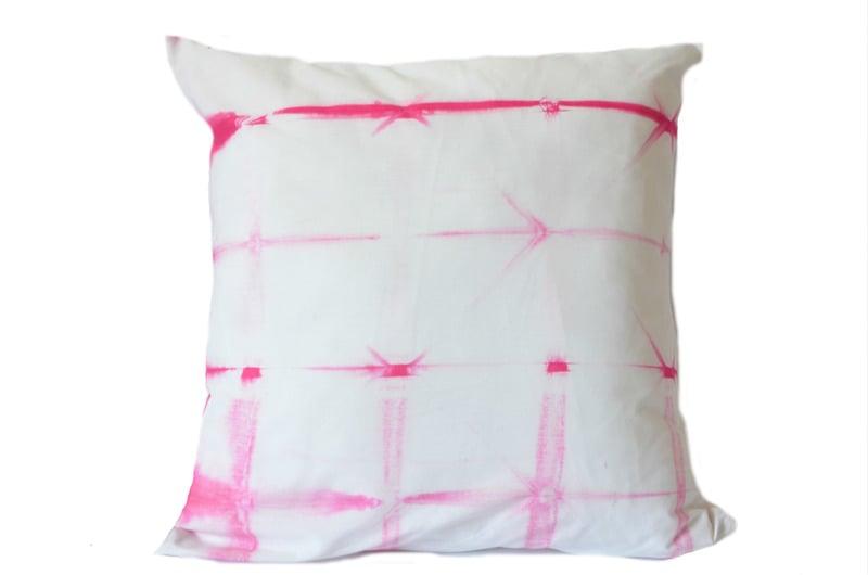 Cojín en algodón, diseño shibori fucsia