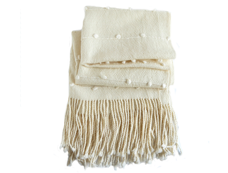 Grueso echarpe alpaca blanca con líneas de motitas color blanco
