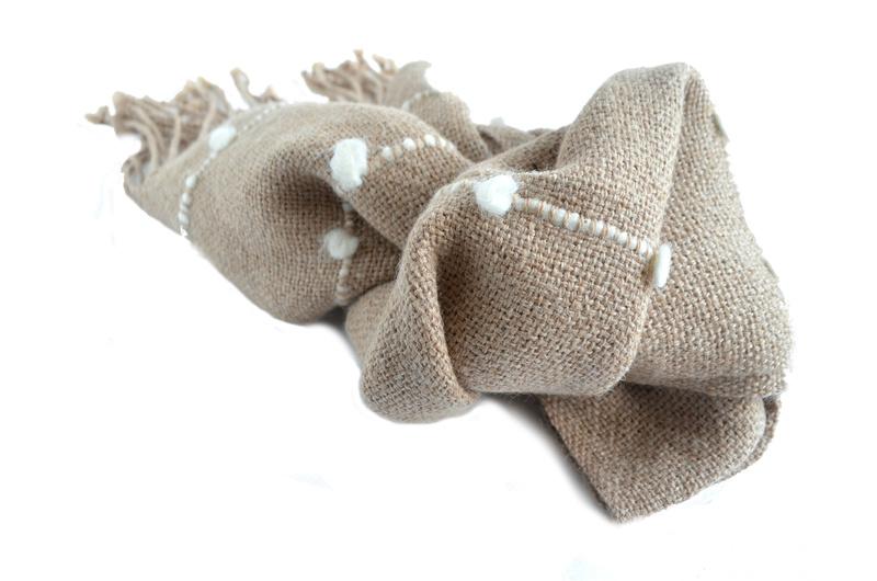 Bufanda beige de alpaca, con motitas blancas