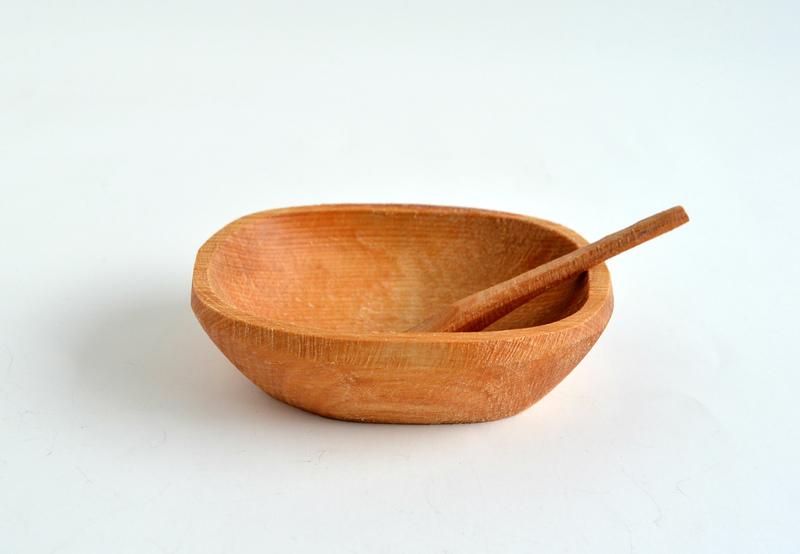Pocillito semi rectangular en raulí con cucharita