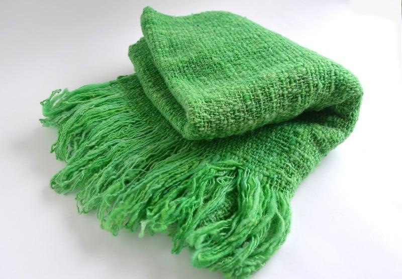 Chal o piecera a telar en lana verde intenso