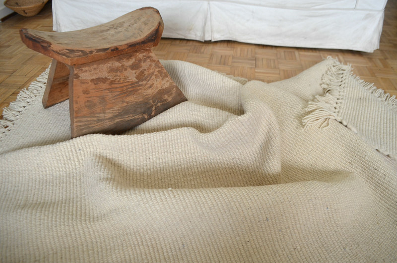 Gran alfombra de lana blanca natural