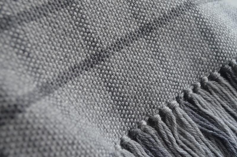 Gran poncho tejido a telar en liviana lana delgada - 2 grises