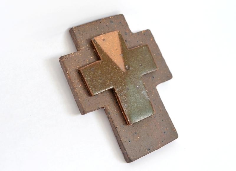 Cruz pequeña en gres - Base oscura, moro y turquesa
