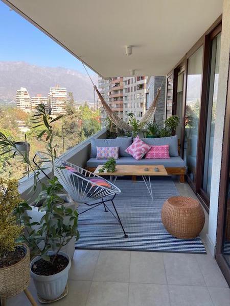 terraza_con_sofá_y_plantas_y_alfombra
