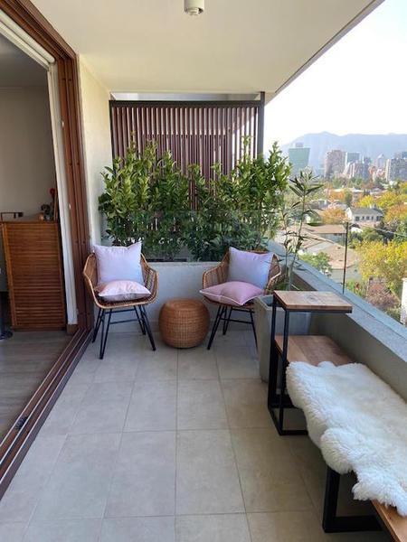 terraza_con_dos_sitiales_y_plantas_de_fondo