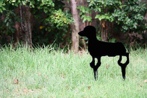 Escultura de fierro de perro salchicha
