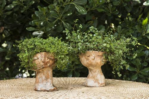 Pareja de esculturas de cerámica de gres con plantas