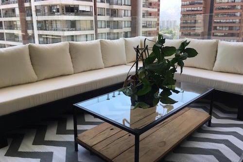 Sofá de pallet en L con cojines de 200 por 270 cm
