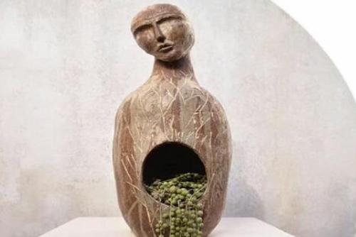 Macetero de cerámica de gres / escultura de persona con planta