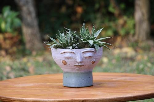Macetero de cerámica de gres con cara M