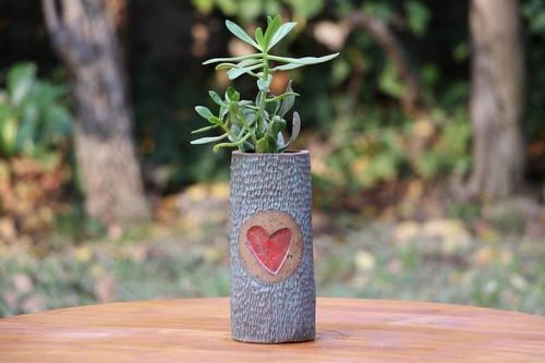 Macetero de gres alargado con corazón y planta