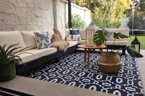terraza_lista_sofa_en_L_alfombra_de_exterior_grande_color_azul.jpg