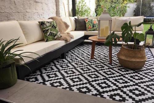 terraza_lista_sofa_en_L_alfombra_de_exterior_grande_color_negro.jpg