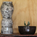 Florero escultura gris cilíndrico