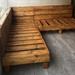Sofá de pallet en L con cojines de 200 por 200 cm