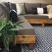Terraza lista con alfombra de 150 x 240 cm - terraza lista sofá en L y alfombra mediana color negro.jpg