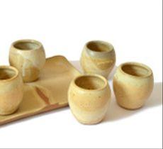 Juego bandeja y 6 vasos cerámica marfil