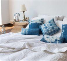Dale un toque original a tu pieza con nuestros cojines tie dye en clásico azul índigo