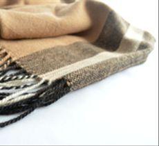 Un ponchito o echarpe de alpaca es un regalo ideal para las tardes frescas del verano