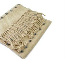 Bufanda de alpaca con motitas grises