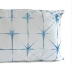 Cojín de algodón con diseño de estrellas teñidas con índigo natural