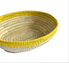 Canasto ovalado con borde amarillo