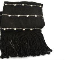 Grueso echarpe alpaca negro con líneas de motitas color blanco