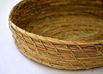 Fruteros y bandejas tejidos en fibras vegetales le aportan textura a tu mesa de todos los días