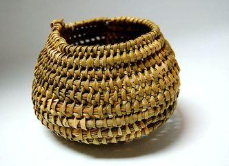 Tejidos tradicionales en estas canastitas usadas por la Cultura Yagán en la Patagonia chilena
