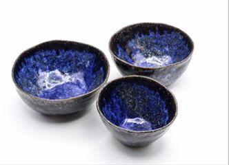 Un intenso esmalte azul brillante es el protagonista de nuestra colección