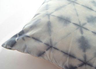 Sobrios diseños en nuestros exclusivos cojines teñidos en algodón 100% natural