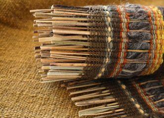 Cálidas texturas que mezclan fibras vegetales y lana natural como en estos originales tapices