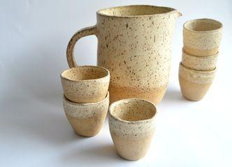 Una jarra y vasos de gres resisten frío y calor: una perfecta opción para un regalo especial