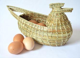 Con esta gallinita tejida en fibra vegetal tus huevos se lucirán cada día en tu cocina