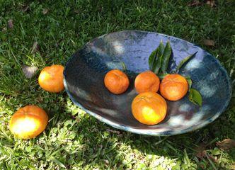Las fuentes de gres con frutas de temporada son un lindo aporte a la decoración de tu casa