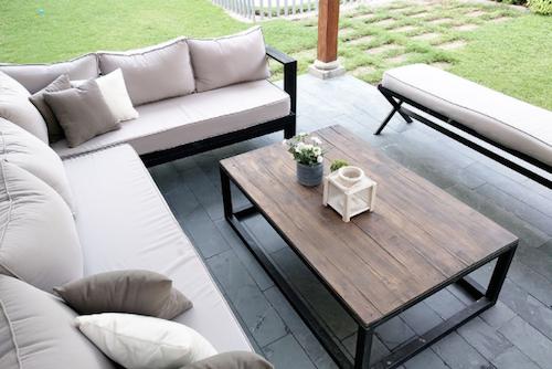 Mesa de centro con cubierta de madera