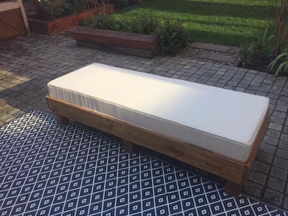 Sofá de pallet sin respaldo de 160 x 60