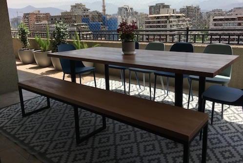 Mesa de comedor de madera de coihue con base de fierro