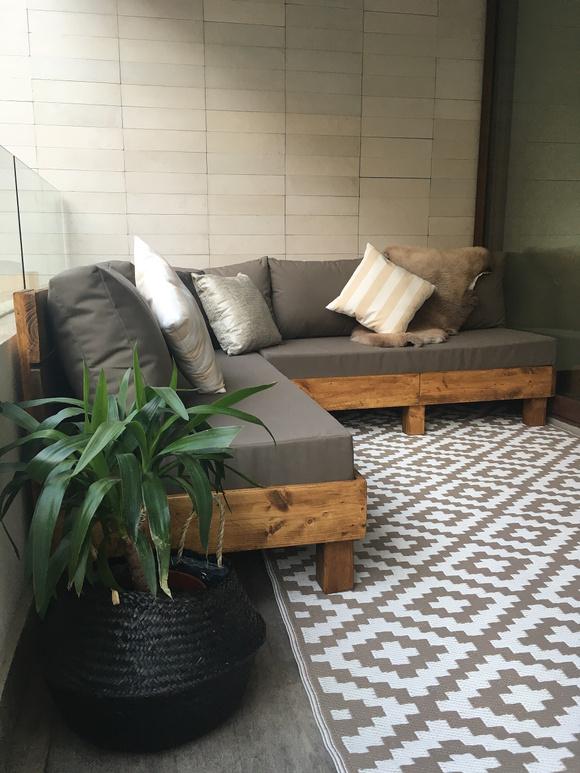 Terrazas con sofás en L mirando hacia el interior