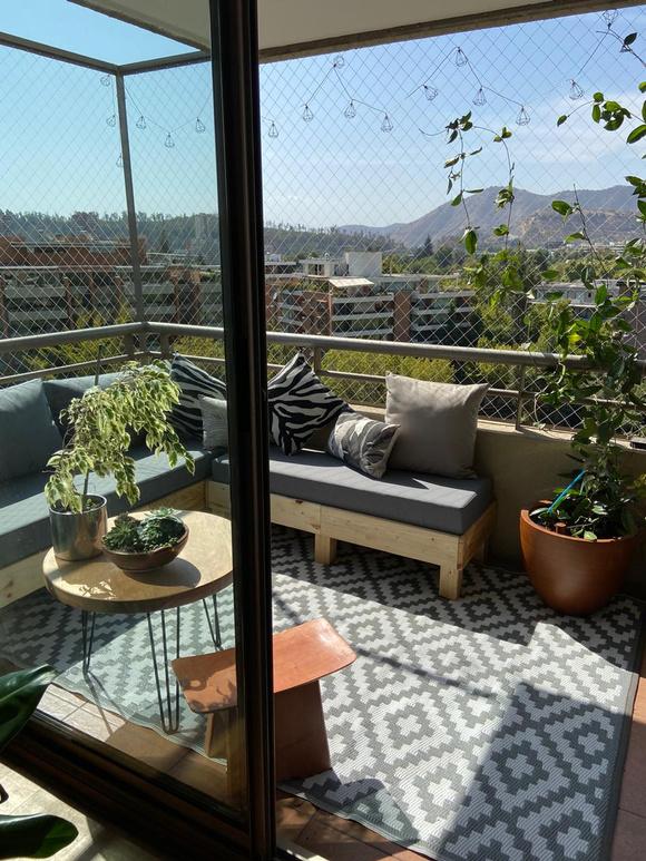 Terraza con sofá de 3 cuerpos y banca movible + sector de plantas